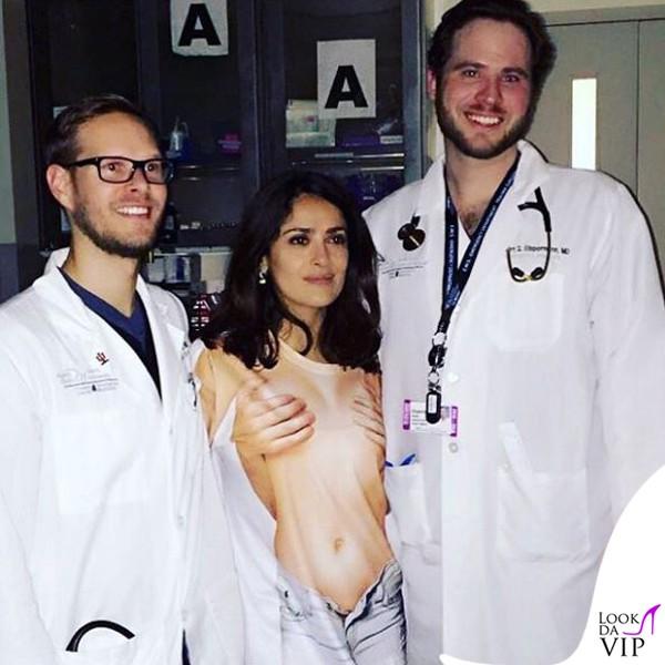Salma-Hayek-pronto-soccorso-tshirt-Mani-seno