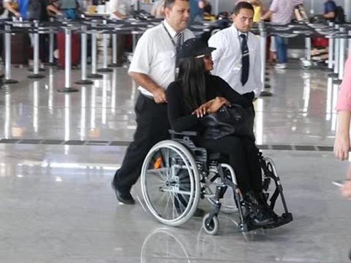 naomi-campbell-in-sedia-a-rotelle-allaeroporto-di-san-paolo (1)