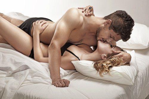 Couple-sembrassant-lit-500x334-500x334