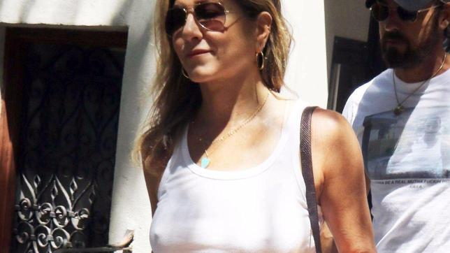 Jennifer Aniston in canotta bianca e capezzoli a vista