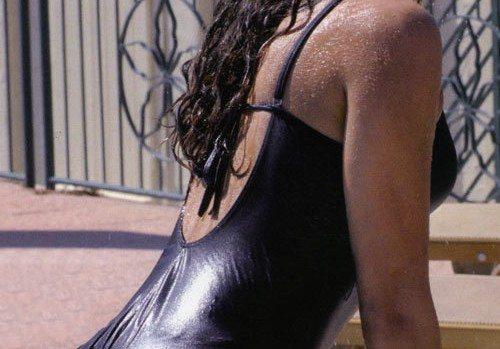 """Diciottenne vende la verginità per 1.600 euro, l'annuncio su un giornale: """"Meglio così che ubriaca a una festa"""""""