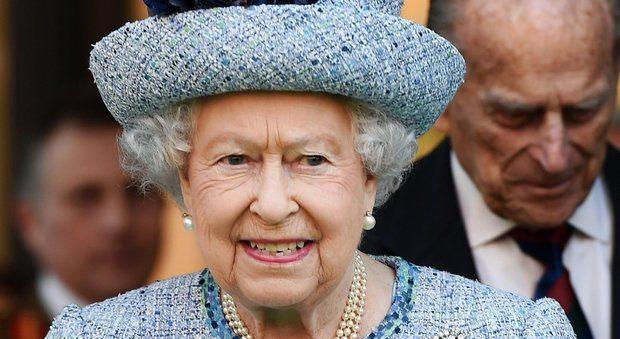 La regina Elisabetta finisce nei Panama Papers: milioni di sterline alle isole Cayman. Nella lista anche Bono, Madonna, Rania di Giordania e Soros