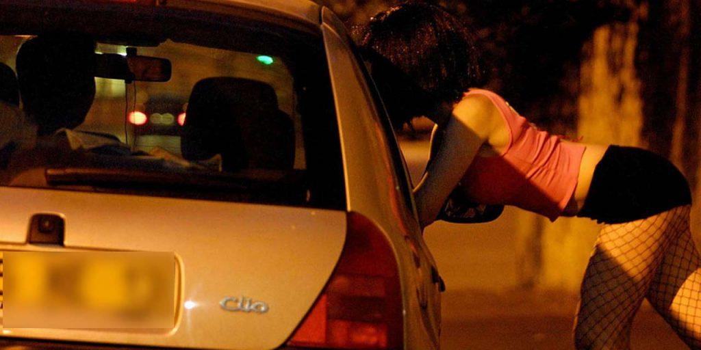 In tre in auto con una prostituta: