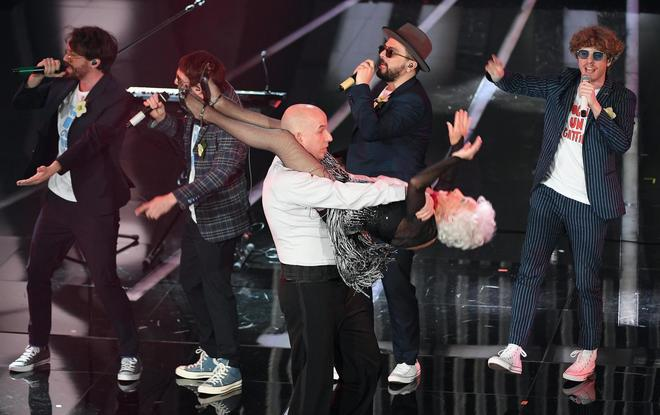 British salsa dancer Paddy Jones with Italian band Lo Stato Sociale perform on stage during the 68th Sanremo Italian Song Festival at the Ariston theatre in Sanremo, Italy, 06 February 2018. The 68th edition of the television song contest runs from 06 to 10 February. ANSA/CLAUDIO ONORATI