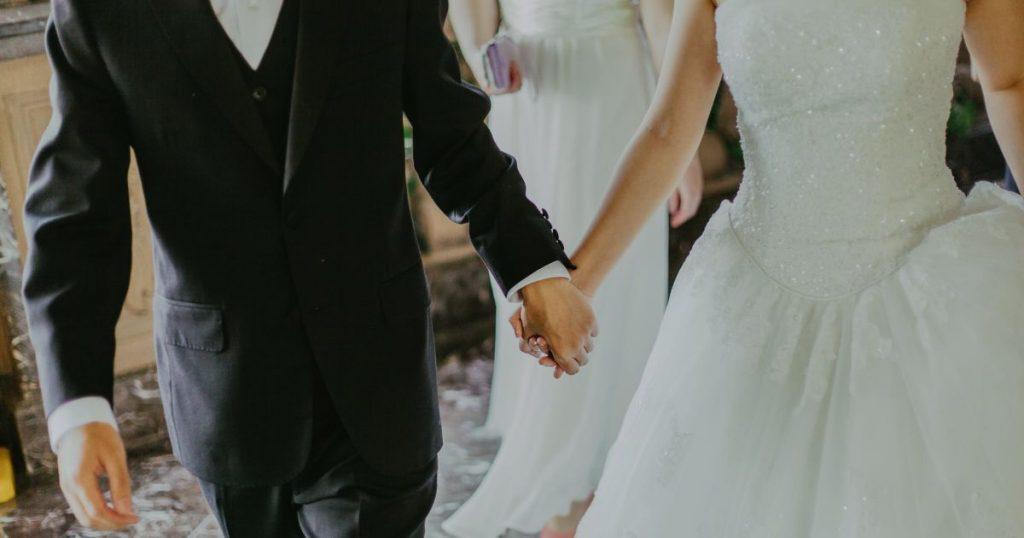 Va al matrimonio dell'amante con il vestito da sposa: e in chiesa scoppia il caos
