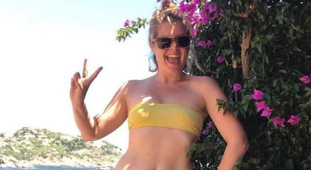 Noemi dimagrita pubblica una foto in bikini: «Prova costume superata?». Colleghe e fan in delirio