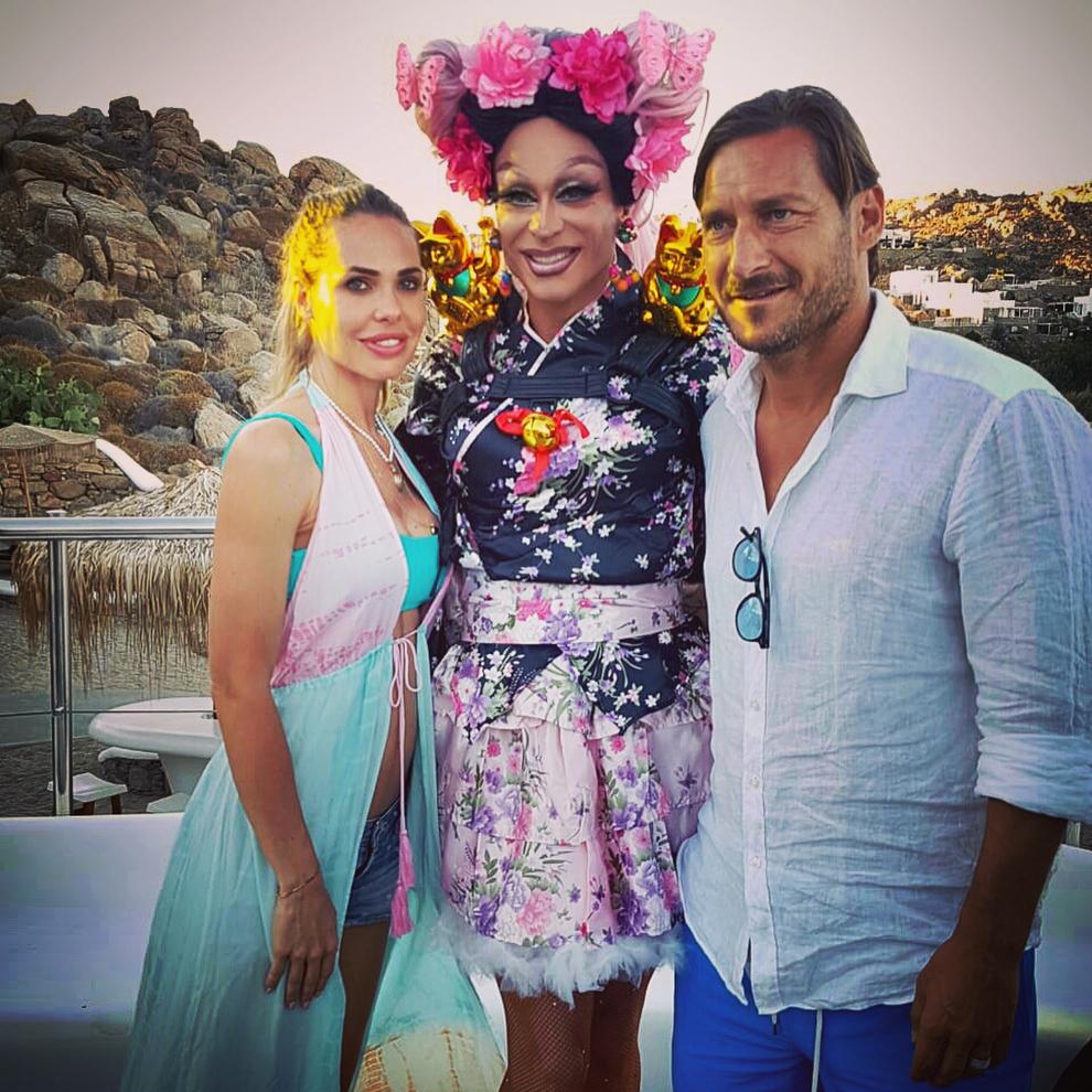 francesco_totti_ilary_blasi_mykonos_priscilla_drag_queen_02133732 (1)