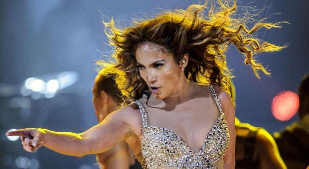 Jennifer Lopez scivola e cade sul palco: il concerto continua sul
