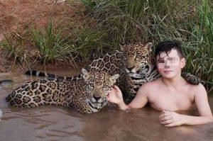 Il bimbo che gioca e si mette in posa coi giaguari, la stori