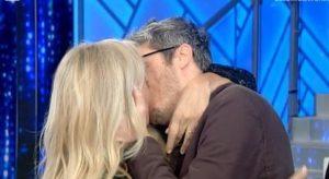 Mara Venier bacia Pif in diretta e sospira: «Sei proprio de