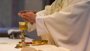 «Soldi e lavoro in cambio di sesso»: prete condannato, la vi