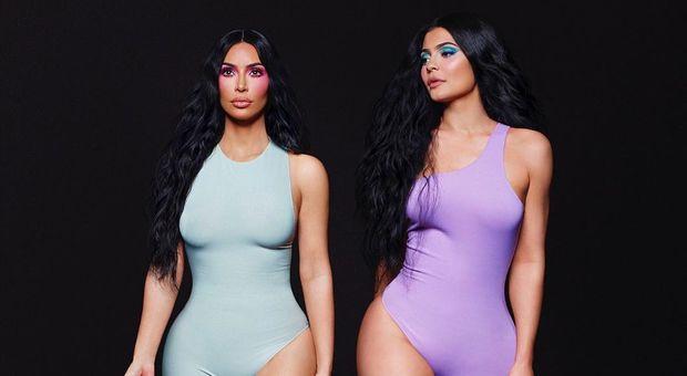 Kim Kardashian posa insieme a Kylie Jenner, ma qualcosa non