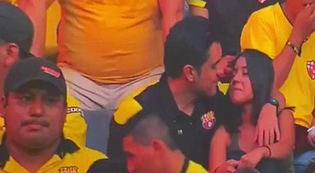 Tradisce la moglie allo stadio, beccato dalla televisione. I