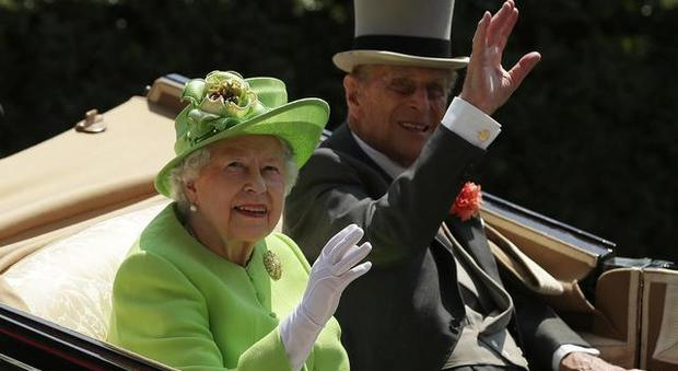 Principe Filippo morto? «È una bufala, ma la regina Elisabet