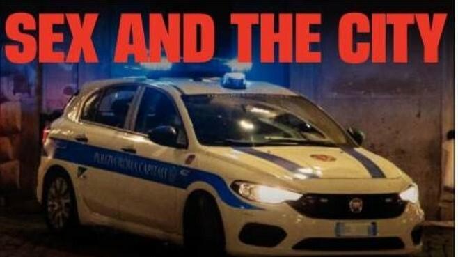 Vigili fanno sesso nell'auto di servizio ma dimenticano la radio accesa: aperta un'inchiesta